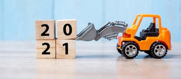 Feliz ano novo com caminhão em miniatura ou veículo de construção