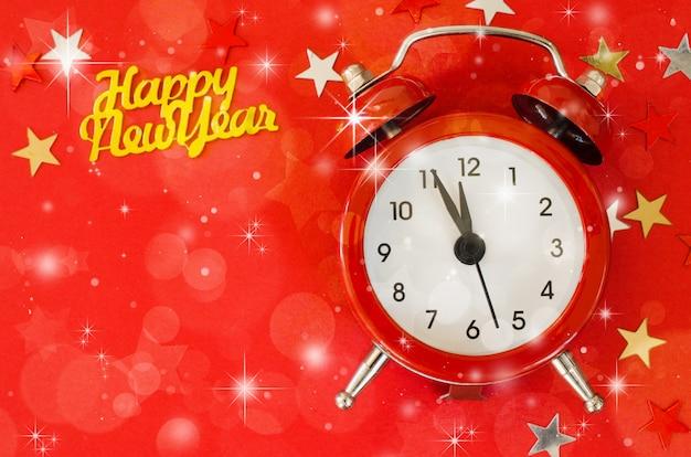 Feliz ano novo com despertador no estilo minimalista vermelho.