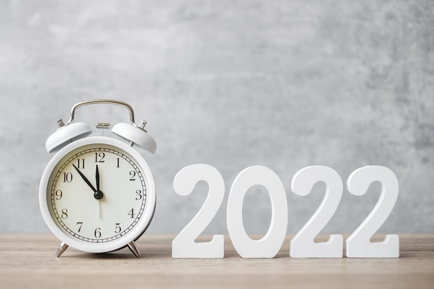 Feliz ano novo com despertador vintage e número 2022. natal, novo começo, resolução, contagem regressiva, metas, plano, ação e conceito de motivação