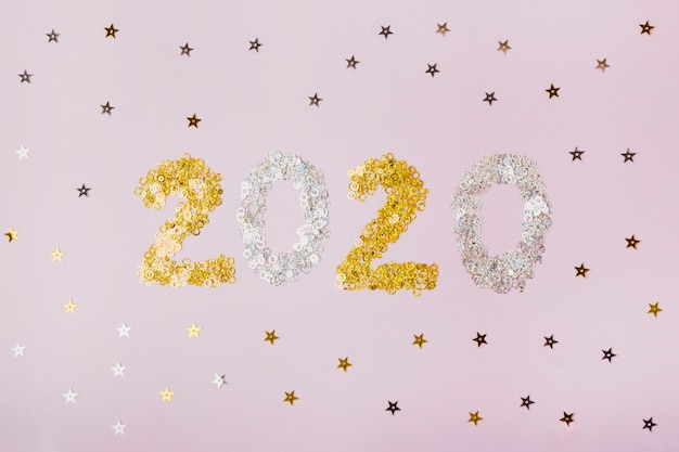 Feliz ano novo com números 2020 com estrelas douradas