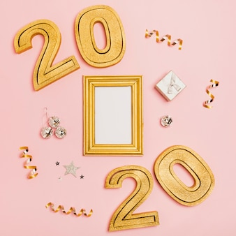Feliz ano novo com números 2020 e espaço de cópia de maquete