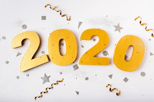 Feliz ano novo com números 2020 e fitas