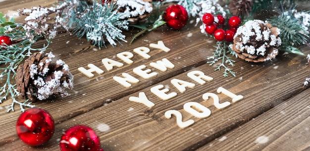 Feliz ano novo composição com abeto e bugigangas