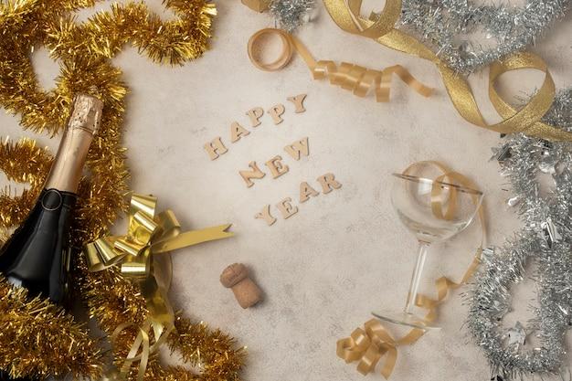Feliz ano novo dourado mensagem na mesa