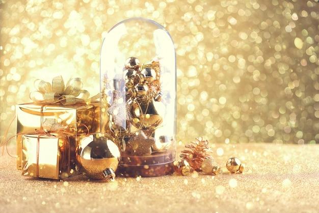 Feliz ano novo e bolas de celebração de natal e outra decoração