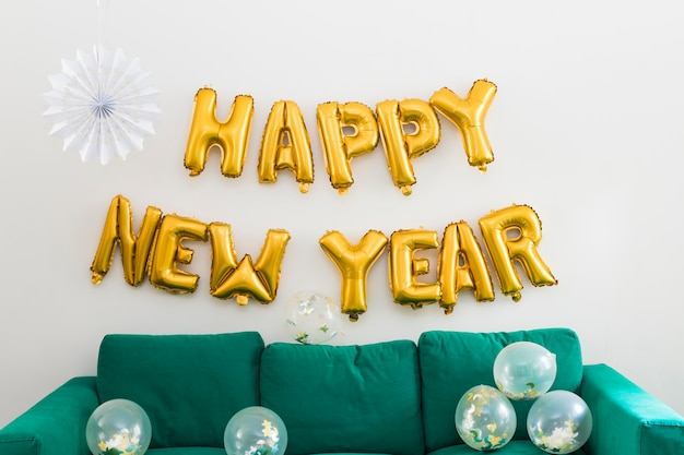Feliz ano novo inscrição de balões amarelos