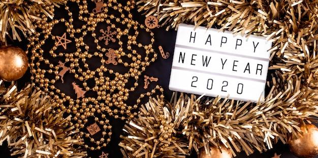 Feliz ano novo lightbox. vista superior do enfeites, bola, festa de ornamento na mesa