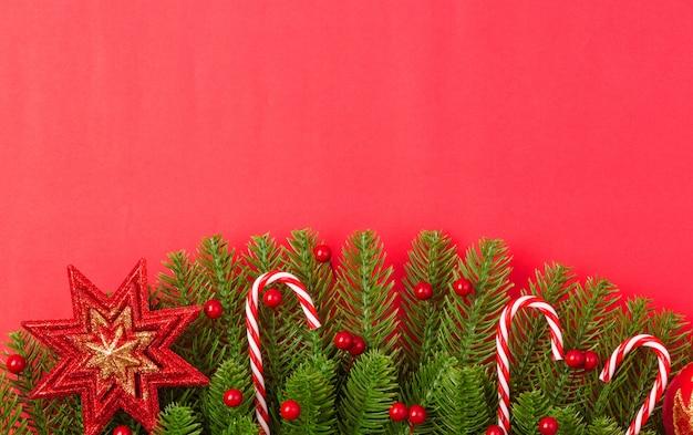 Feliz ano novo ou dia de natal vista superior plana leigos abeto galhos e ornamentos decoração