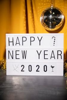 Feliz ano novo sinal com globo de festa acima