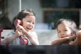 Feliz asiática, menina, tocando, falando, telefone, café, vintage, cor, tom