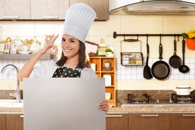 Feliz, asiático feminino, cozinheiro, com, ok, gesto, segurando, branca, tábua