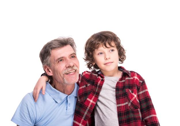 Feliz avô e seu neto estão olhando para longe.