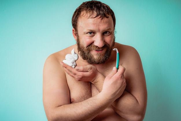 Feliz barbudo está pronto para raspar a barba. homem fazendo a barba.
