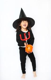 Feliz bebezinho bruxa de halloween