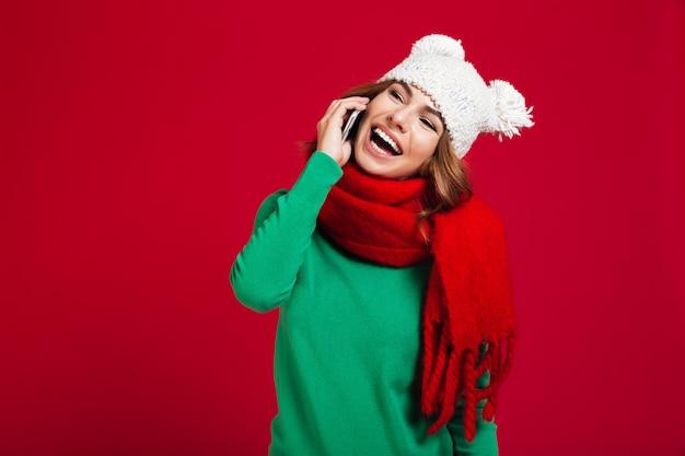 Feliz bela jovem falando por telefone.