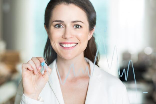 Feliz bonita da mulher de negócios gráfico do desenho em vidro