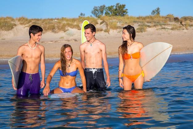 Feliz, bonito, adolescente, surfistas, desfrutando, ligado, praia
