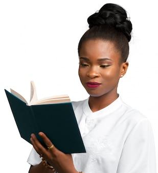 Feliz, bonito, jovem, mulher africana, estudante, segurando, caderno