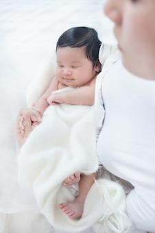 Feliz, bonito, mulher asian, olhar, dela, dormir, criança bebê, ligado, dela, braço