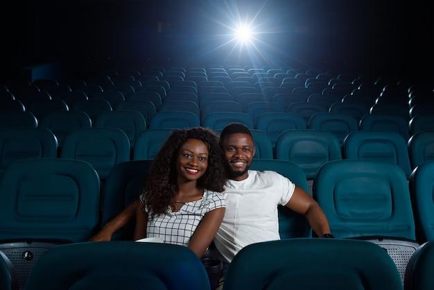 Feliz casal africano no cinema