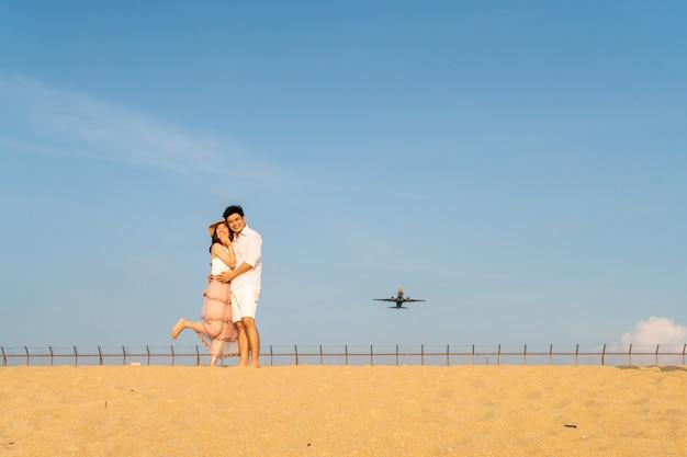 Feliz casal asiático apaixonado por céu azul