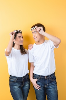 Feliz casal asiático em estúdio