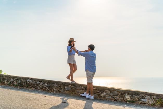 Feliz casal asiático jovem apaixonado se divertindo
