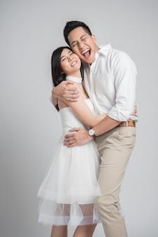 Feliz casal asiático no amor abraçando