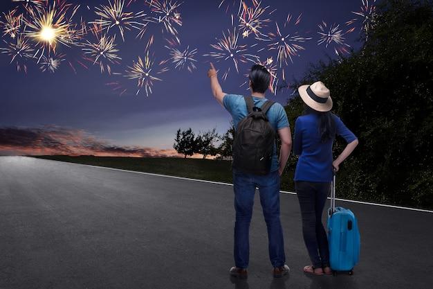 Feliz casal asiático turista assistindo lindos fogos de artifício