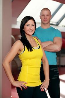 Feliz casal caucasiano em uma academia