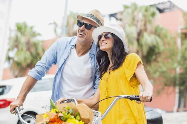 Feliz casal elegante com bicicleta