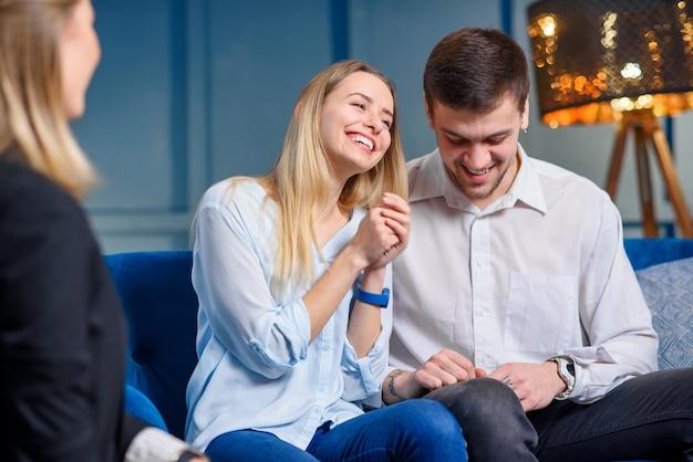 Feliz casal fofo com um conjunto de chaves de sua própria casa, plana.