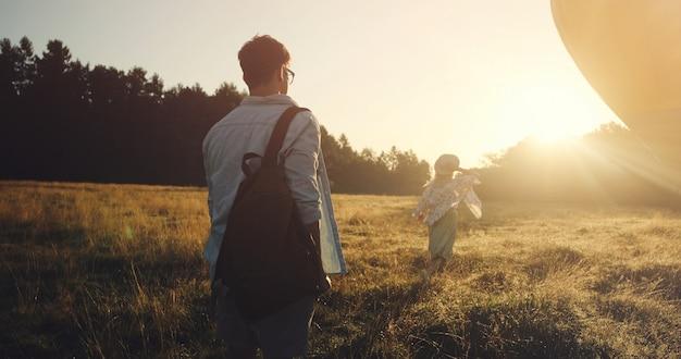 Feliz casal jovem de viajantes segurando o mapa nas mãos se divertindo