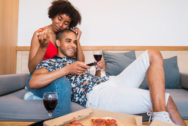 Feliz casal latino se divertindo juntos.