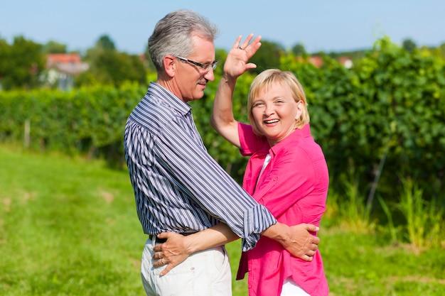 Feliz casal maturo ao ar livre