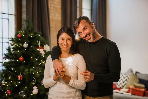 Feliz casal sênior abraçando