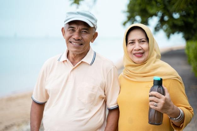 Feliz casal sênior após o exercício