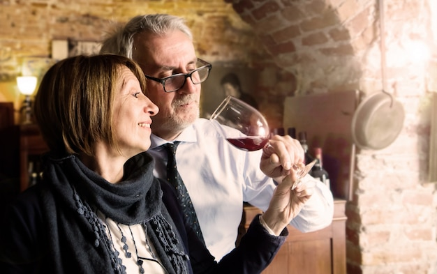 Feliz casal sênior bebendo um copo de vinho