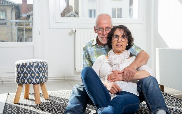 Feliz casal sênior na sala de estar