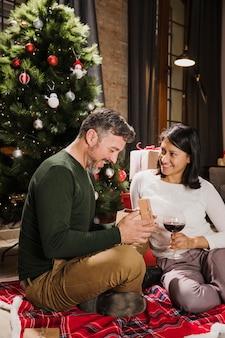 Feliz casal sênior olhando seus presentes