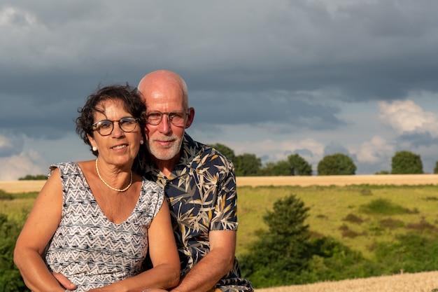 Feliz casal sênior saudável, ao ar livre e nascer do sol