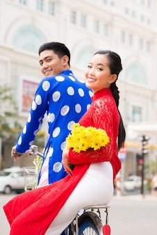 Feliz casal vietnamita