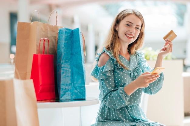 Feliz cliente no meio do shopping center