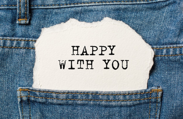 Feliz com você no fundo de papel rasgado no conceito de amor e dia dos namorados