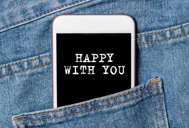 Feliz com você, texto no telefone em jeans, conceito de amor