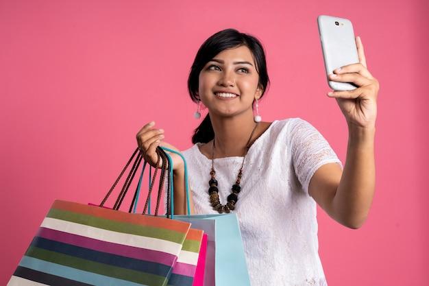 Feliz compras mulher asiática tomando selfie