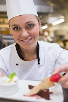 Feliz, cozinheiro, garnishing, um, fatia bolo