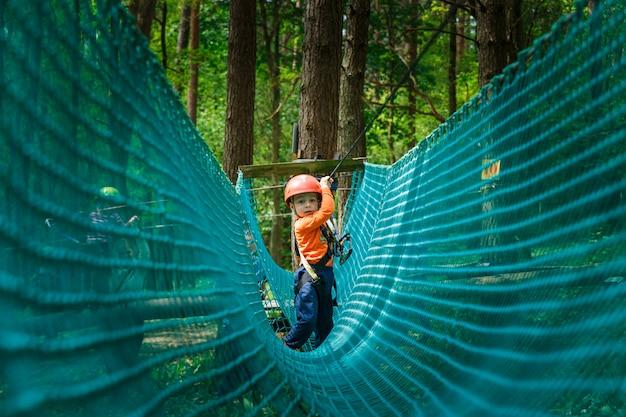 Feliz, criança, desfrutando, em, um, escalando, aventura, parque
