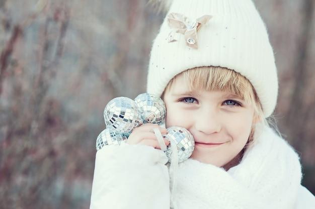 Feliz, criança, segura, seu, mãos, decoração, a, conceito, de, natal, celebração, criança, esperando, para, um, natal,