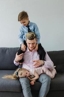 Feliz, criança, seu, pai, ombros, olhar, seu, irmã